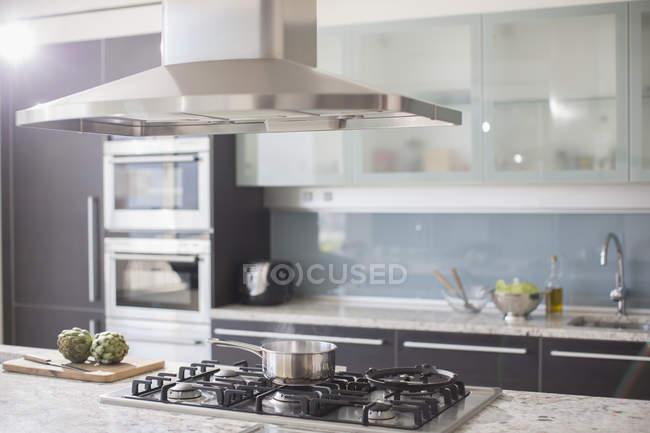Panela no fogão na cozinha doméstica de luxo — Fotografia de Stock