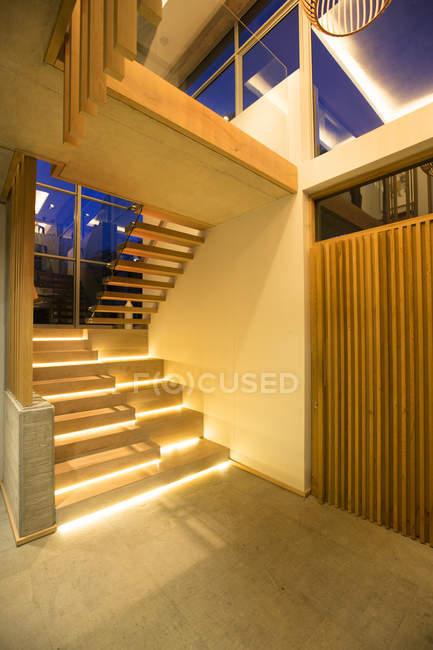Moderne Treppe aus Foyer in Luxushaus beleuchtet — Stockfoto