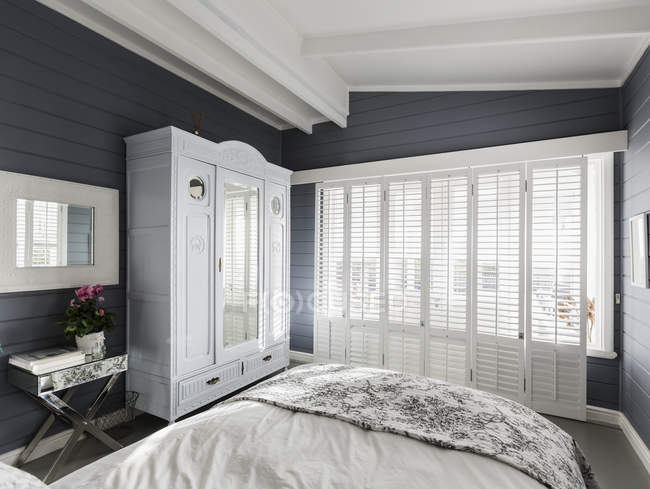 Camera da letto home Vetrina di lusso con persiane in legno bianchi e soffitto a volta — Foto stock