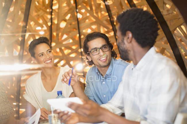 Gente de negocios sonriente hablando en reunión - foto de stock