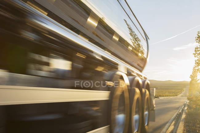 Tanque de leite de aço inoxidável na estrada — Fotografia de Stock