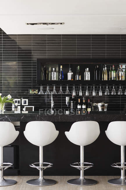 Leere Hocker an der Bar drinnen — Stockfoto