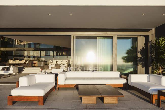 Sofás e mesa no interior do pátio moderno — Fotografia de Stock