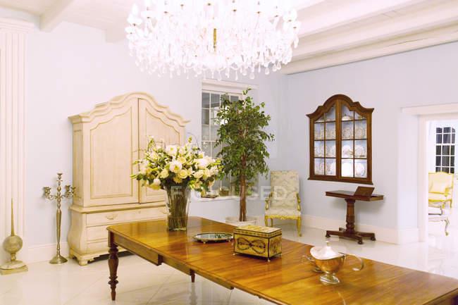Lampadario e tavolo nel foyer di lusso — Foto stock