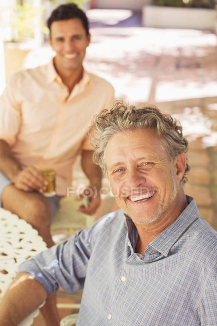 Father and adult son relaxing outdoors together — Stock Photo