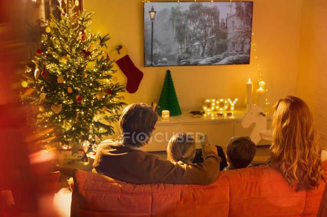 Famille, regarder la télévision dans la salle de séjour de Noël — Photo de stock