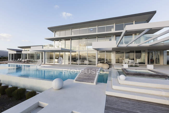 Спокійний сучасний розкішний екстер'єр будинку Вітрина із плавальним басейном та місток — стокове фото