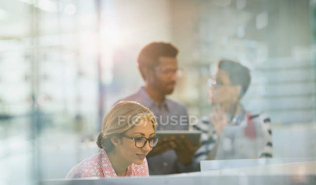 Businesswoman working in modern office together — Stock Photo