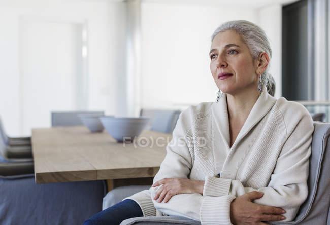 Ernst, nachdenklich Reife Frau am Esstisch wegschauen — Stockfoto