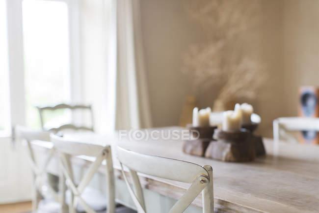 Velas en mesa de comedor de casa - foto de stock