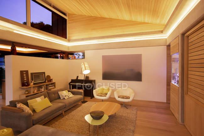 Sala de estar iluminada dentro de casa — Fotografia de Stock