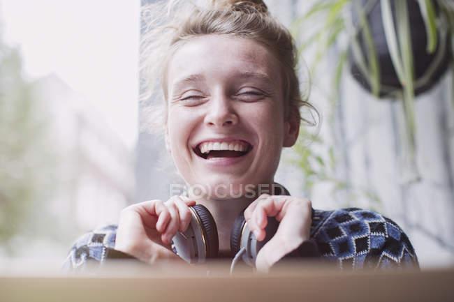 Ritratto ridere giovane donna con le cuffie — Foto stock