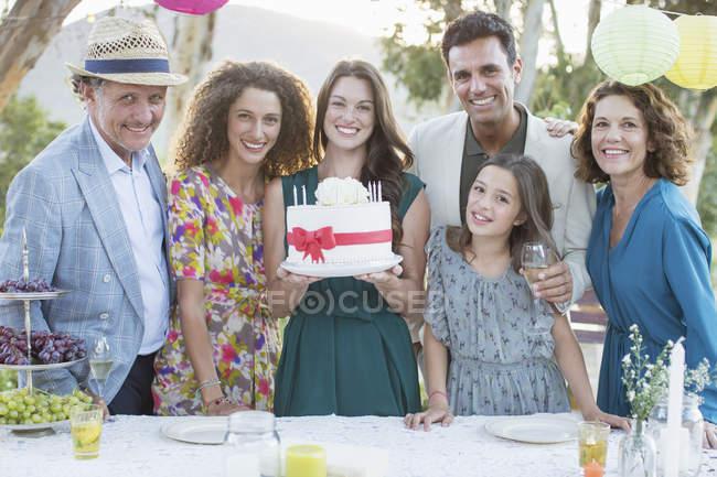 Счастливый Кавказской семьи отмечает день рождения торт — стоковое фото