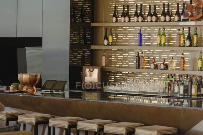 Barra de lujo y taburetes en casa moderna - foto de stock
