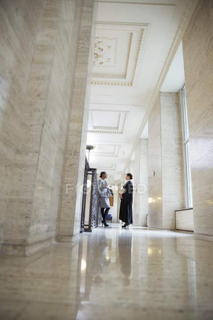 Juiz e advogado conversando no tribunal — Fotografia de Stock