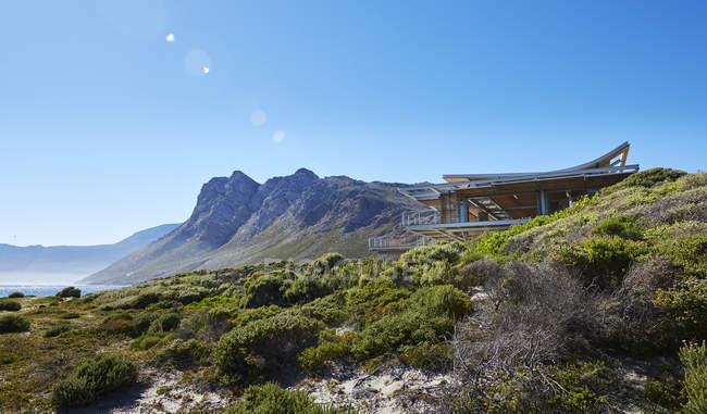 Modernes Luxus-Eigenheim präsentiert sich außen unter sonnigem blauen Himmel — Stockfoto