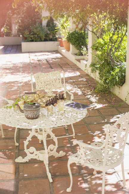 Outdoor-Esstisch auf Hinterhof Terrasse — Stockfoto
