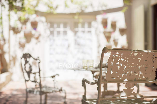 Outdoor dinning table on backyard patio — Stock Photo