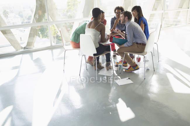 Gens d'affaires créatives réunis en cercle de chaises — Photo de stock