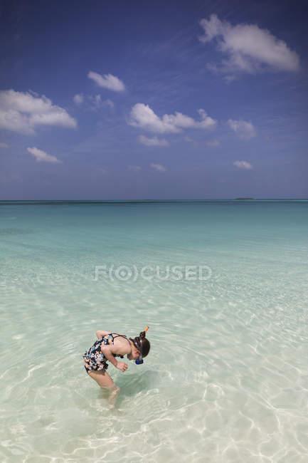 Дівчина підводним плаванням в тропічних синій океан — стокове фото