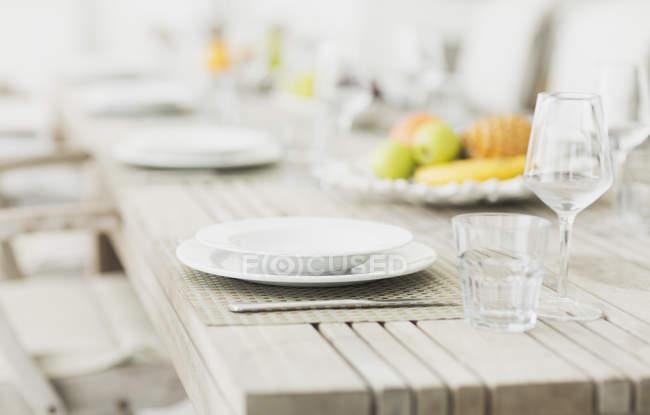 Порожній пластини і окуляри на стіл — стокове фото