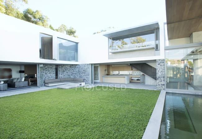 Green lawn in modern backyard  during daytime — Stock Photo
