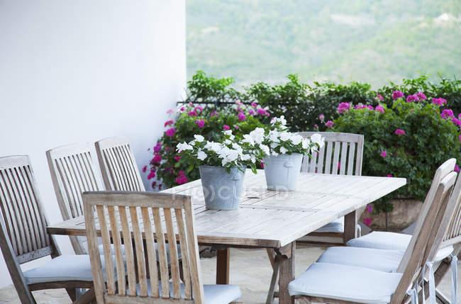 Горшкових квітів на патіо таблиці — стокове фото