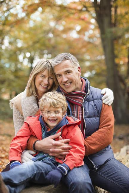 Junge lächelnd mit Großeltern im park — Stockfoto