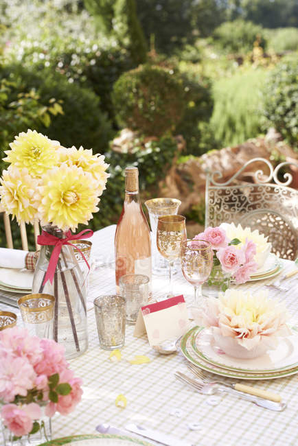 Table set for wedding reception outdoors — Stock Photo