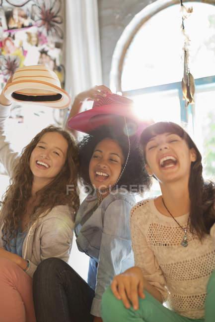 Jóvenes amigos felices jugando juntos en el dormitorio - foto de stock