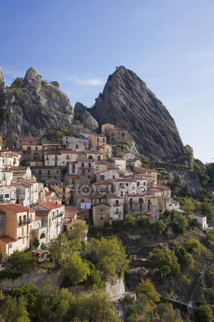 Village à flanc de colline dans un paysage rural pendant la journée — Photo de stock