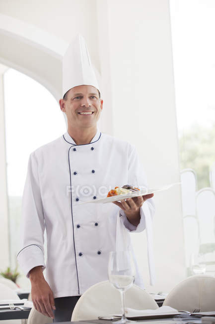 Chef in possesso di piatto di cibo nel ristorante — Foto stock