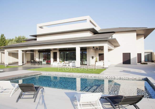 Piscina de luxo e casa durante o dia — Fotografia de Stock