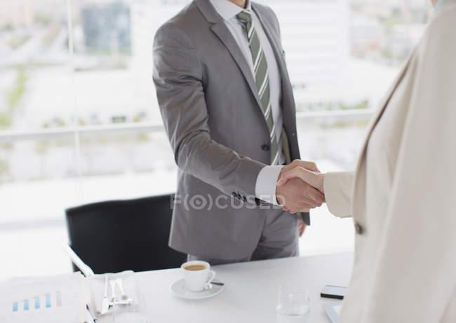 Обрезанный имидж бизнесменов, пожимающих руки — стоковое фото