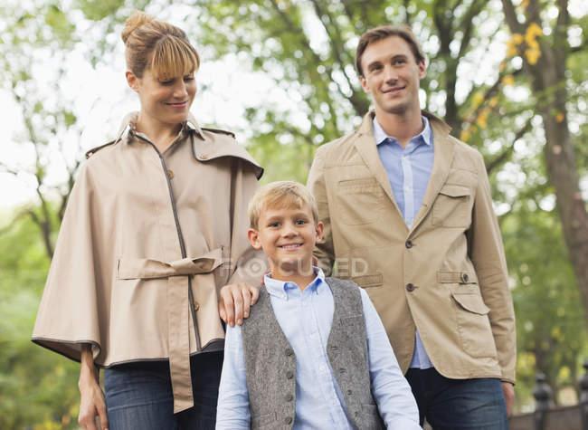 Семейная прогулка в парке — стоковое фото