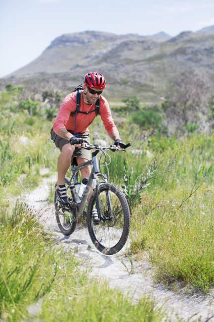 Кавказький дорослих гора байкер бруду контуром — стокове фото