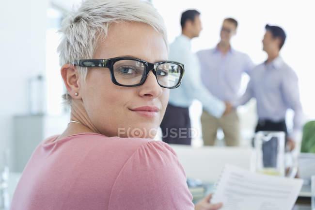 Donna d'affari caucasica sorridente all'ufficio moderno — Foto stock