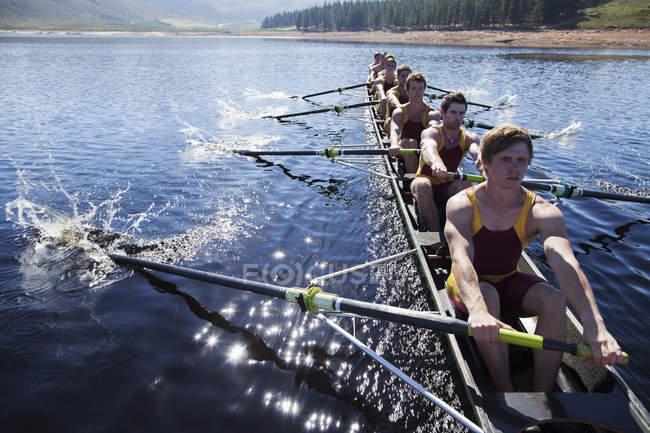 Equipa de remo remo scull no lago — Fotografia de Stock