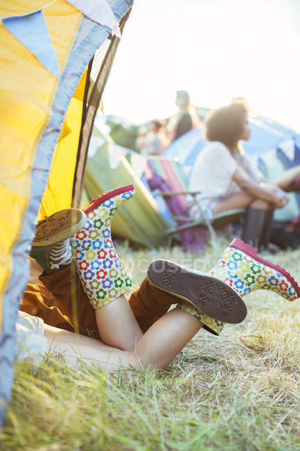 Couple legs sticking out of tent at music festival — Stock Photo