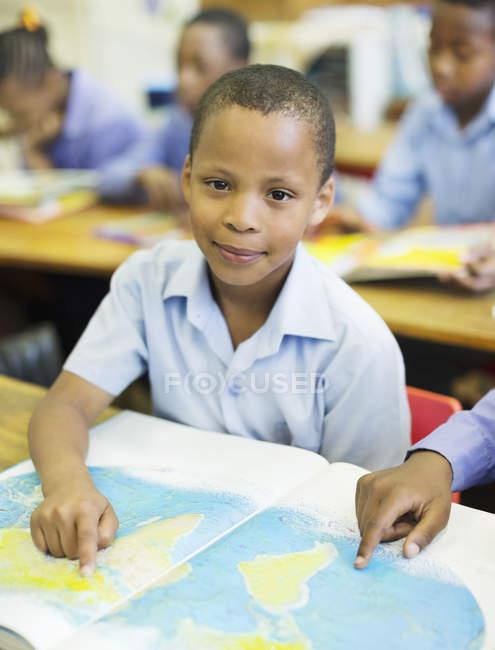 Afrikanisch-amerikanische Schüler benutzen Weltkarte im Unterricht — Stockfoto