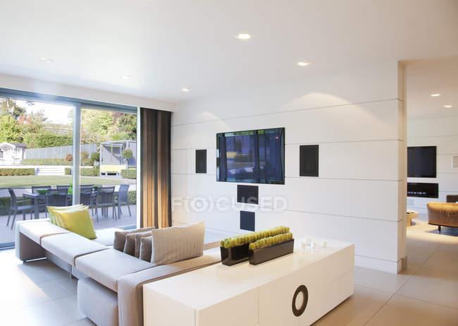 Диван и телевидения в современной гостиной — стоковое фото