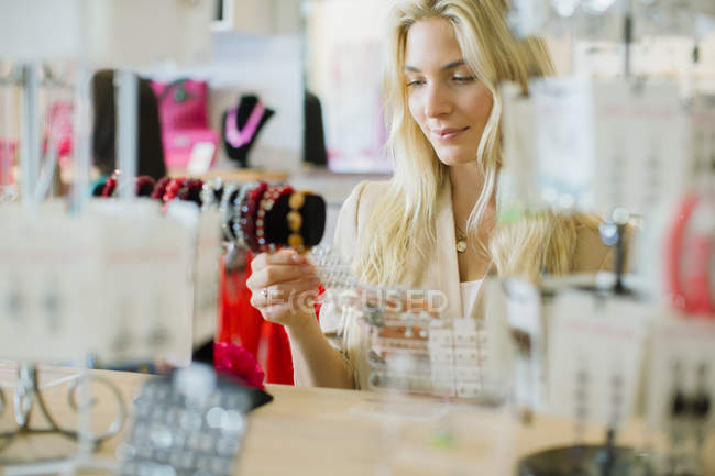 Woman shopping in store — Stock Photo