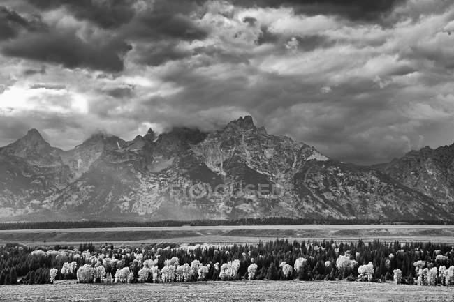 Nuvole sulle montagne nel paesaggio rurale — Foto stock