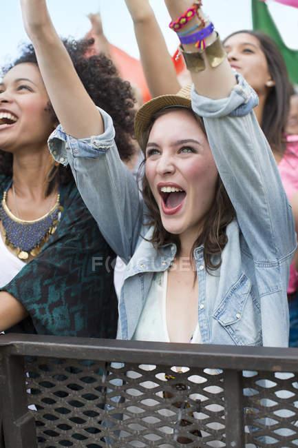 Femme acclamant au festival de musique — Photo de stock