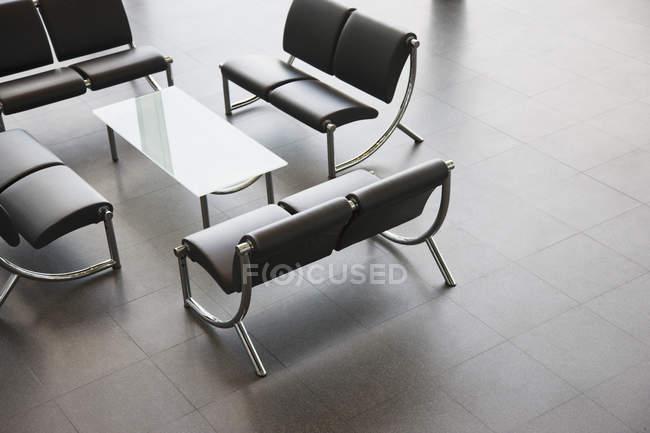 Стулья и стол в вестибюле офиса — стоковое фото