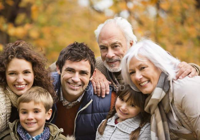 Família sorrir juntos no parque — Fotografia de Stock