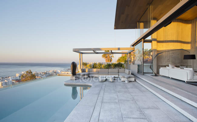 Infinity pool and patio of modern house — Stock Photo