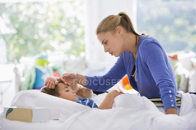 Madre sentimento fronte del figlio — Foto stock
