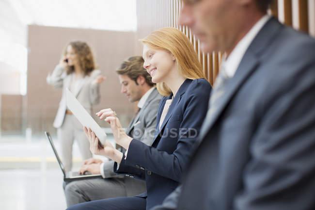 Деловые люди, использующие ноутбук и цифровой планшет — стоковое фото