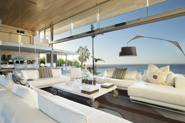 Canapés et table dans le salon moderne — Photo de stock